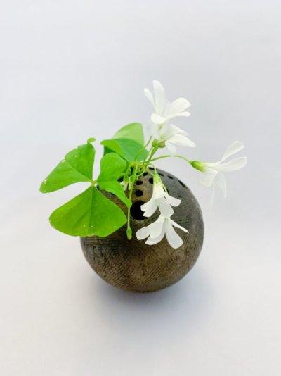画像2: 球・花差し(炭化焼成 無釉)