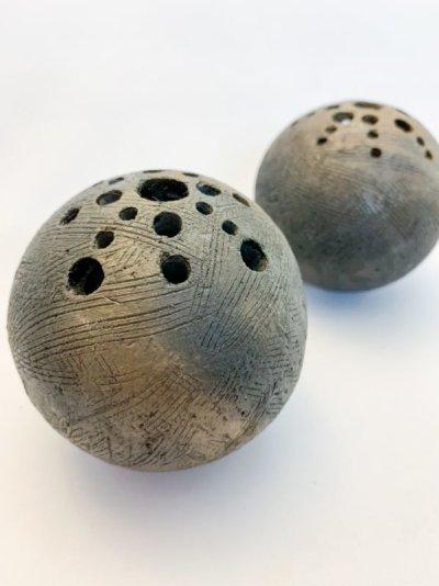 画像1: 球・花差し(野焼き 拭き漆)