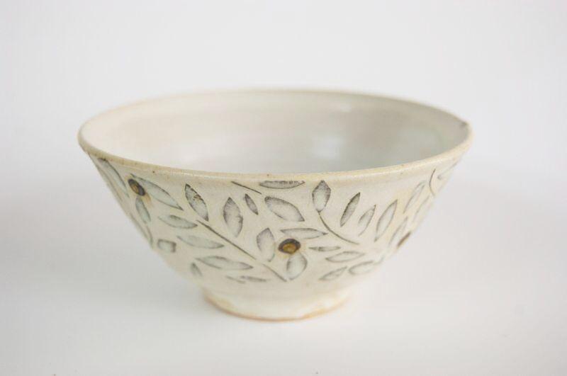 画像1: 赤い実の飯茶碗(大) (1)